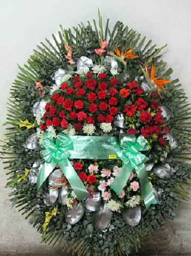 realizada con rosas, claveles, gerberas, flores esterlicia