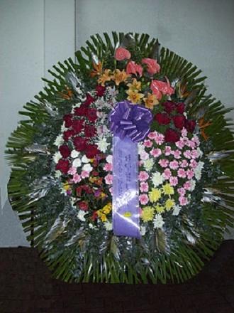 realizada con rosas, lilium, claveles