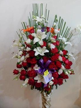 arreglo realizado con rosas y lilium