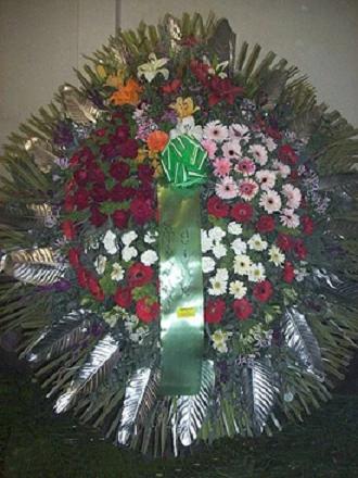 realizada con gerberas, rosas, lilium, claveles