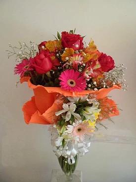 realizado con rosas, astromelias, gerberas