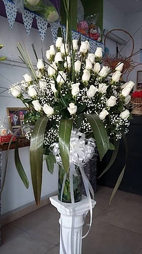 importante florero con rosas blancas