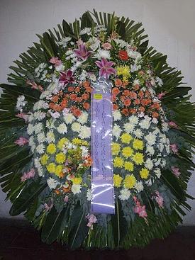realizada con rosas, crisantemos, lilium, crisantemos, gladiolos