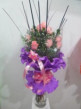realizado con rosas rosadas y papel crespon