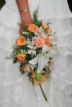 realizado con lilium rosas astromelias