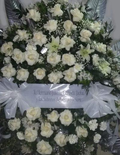 Realizada con rosas blancas, lilium y hojas.