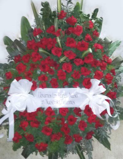 Realizada toda en rosas, con hojas y follajes varios.